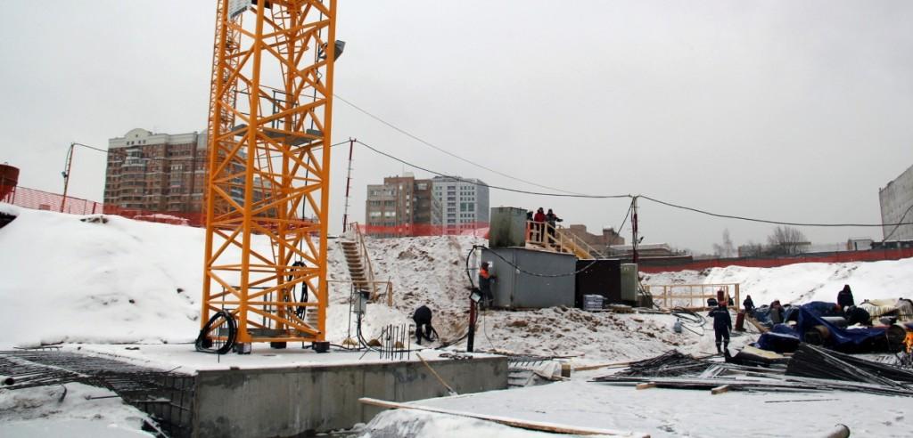 Новостройка в Москве Жилой Комплекс «Прайм Тайм». Ведутся работы по разработке котлована под жилое здание.