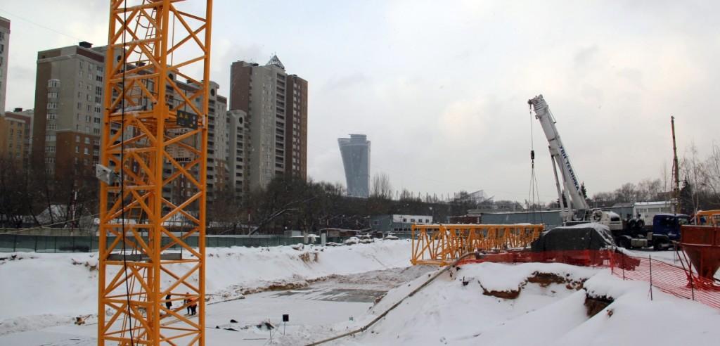 Новостройка в Москве Жилой Комплекс «Прайм Тайм». Ведутся работы по монтажу третьего башенного крана.